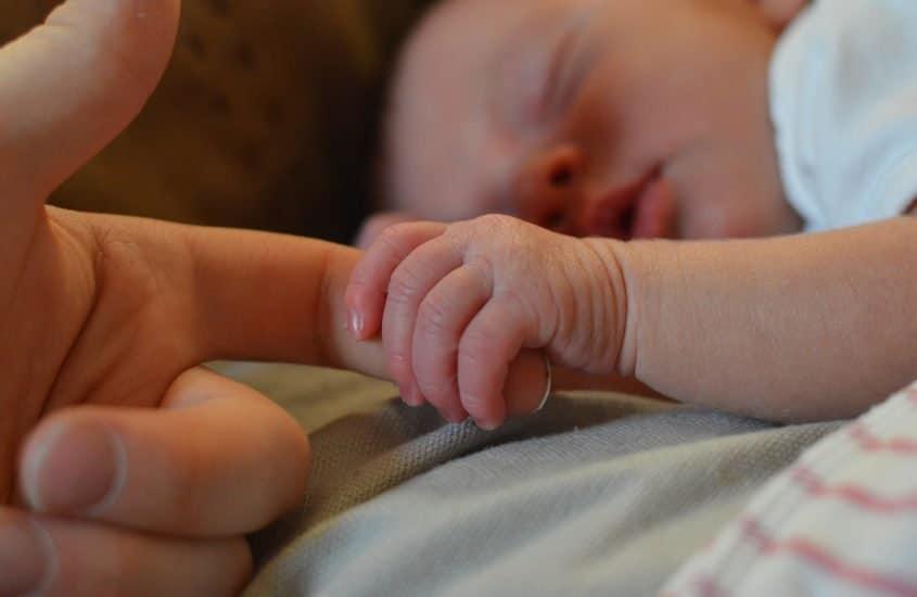 I riflessi neonatali: perché sono importanti e come cambia il bimbo.