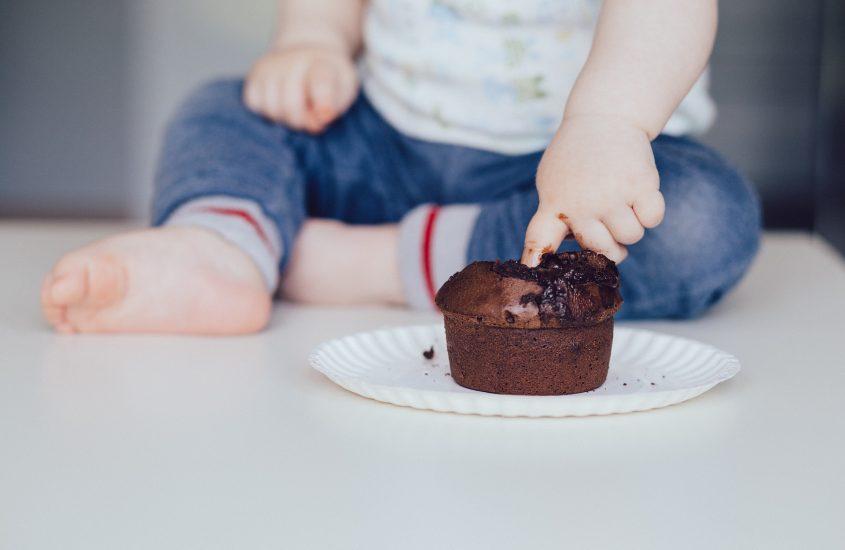Mio figlio gioca con il cibo